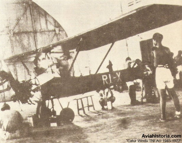Proses pembuatan WEL-1 yang hampir jadi. Tampak pada bagian ekor pesawat sudah tertera registrasi RI-X (eXperimental).