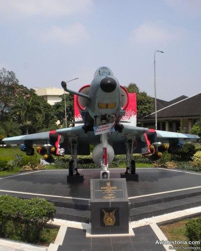 Douglas A-4E Skyhawk koleksi Museum Satria Mandala, ditempatkan di atas pondasi berbentuk segi lima lengkap dengan plakat ditandatangani oleh KSAU Marsekal Hadi Tjahjano.