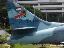 Detail ekor Skyhawk - tampak nomor TT-0438 dengan Wing Kohanudnas (Komando Pertahanan Udara Nasional) 300. Tampak pula detail exhaust memanjang ciri khas Skyhawk eks Israel, brake chute di bawahnya, dan arresting gear.
