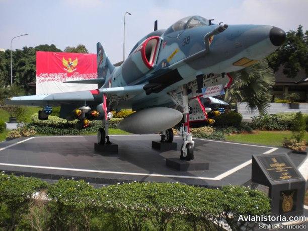 Skyhawk ini ditampilkan dengan kamuflase saat operasionalnya di Skadron 11, lengkap dengan persenjataan penuh dan drop tank.