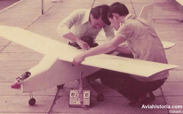 Pengecekan XTG-1 sebelum uji terbang.