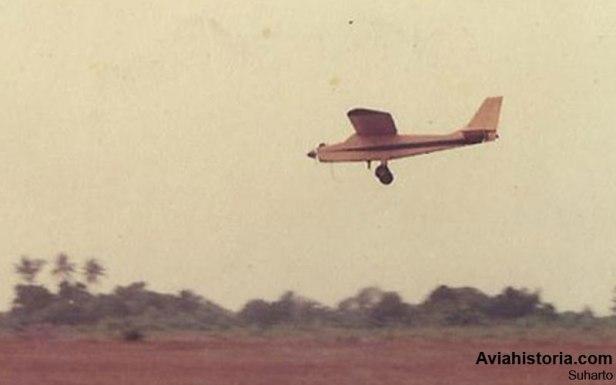 Terbang tinggi di atas Pondok Cabe, tampak tanpa nose gear untuk mengurangi berat.