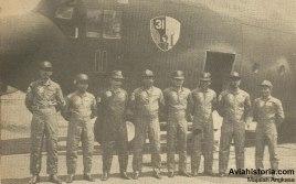 Kru T-1311 yang mengalami Engine No.4 Failure (kiri ke kanan), Pelda Subarnas (loadmaster), Peltu Udju Kusmayadi (JMU/Juru Montir Udara), Mayor (Pnb) R.A. Aden (kopilot), Mayor (Pnb) Maksum Harun (captain pilot), Kapten (Nav) Gendroyono (navigator), Peltu Mustafa (radio telegrafis udara), Peltu Embun Sutardjo (JMU), dan Pelda Sianipar (JMU).