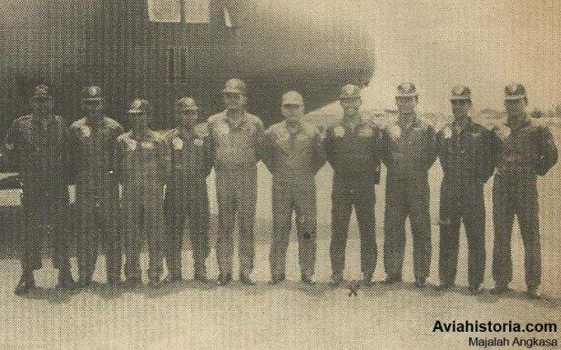 Foto bersama kru T-1311 dengan Panglima Koptadara Marsda Aried Riyadi dan Komandan Skadron 31 Letkol (Pnb) Jusman Tahar.