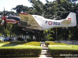 Monumen Mustang F-303 di Pintu Gerbang Halim Perdanakusuma.