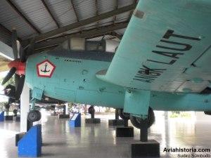 Detail sayap, roda pendarat, mesin, dan dua kokpit depan (pilot, navigator)