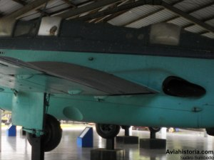 Detail exhaust mesin memanjang ke belakang.