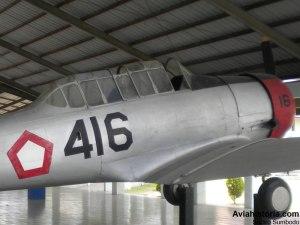 Detail sebelah kanan pesawat dan kokpit tandem.