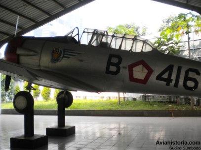 Bagian kiri pesawat dengan lambang Skadik (Skadron Pendidikan), nomor pesawat, dan segi lima merah-putih.