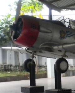 Detail sisi kiri mesin dan lambang Skadik (Skadron Pendidikan)