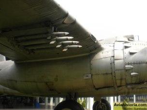 Deretan roket di bawah sayap, masing-masing empat unit.