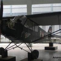 Detail sisi kanan dan kokpit tandem Piper L-4J.