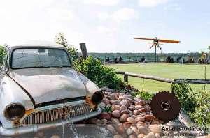 """""""Gelatik"""" berada di antara koleksi traktor dan mobil tua."""
